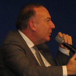 Pierre Gattaz, Président du MEDEF, remet à Guilbert Express le prix de l'excellence opérationnelle