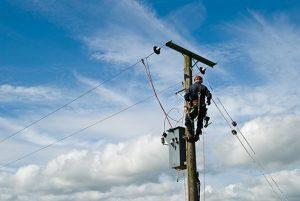 Agent EDF en haut d'un pylone avec le pistolet air chaud Réf. 4500